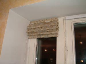 Фото римская штора и карниз на створке