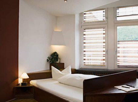 Специальный карниз для римскиз штор на окна