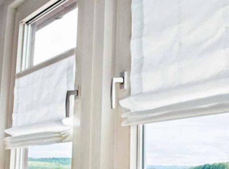 Римская штора вплотную к стеклу окна