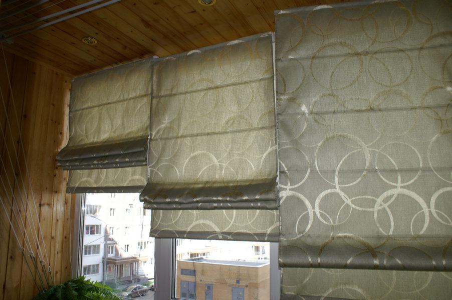 Фото лоджии с римскими шторами